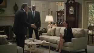 Det er aldri rolig innad i partiet, og Frank søker støtte hos sin arvtager Jackie Sharp (Molly Parker). Remy Danton (Mahershala Ali) konsulterer. (Foto: Netflix)