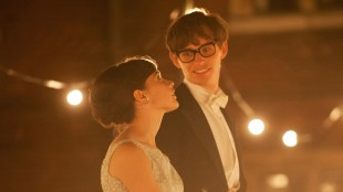 Jane (Felicity Jones) og Stephen Hawking (Eddie Redmayne) forelsker seg i The Theory of Everything (Foto: United International Pictures).
