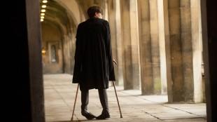 Stephen Hawking (Eddie Redmayne) sliter med en stadig mer aggressiv muskelsykdom i The Theory of Everything (Foto: United International Pictures).
