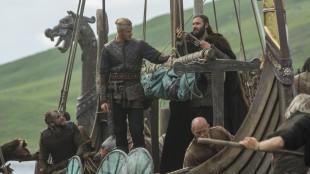 Vikingene gjør seg klar til nok en tur over til de britiske øyer. Denne gangen har de mes seg både øks og plog. (Foto: HBO Nordic)