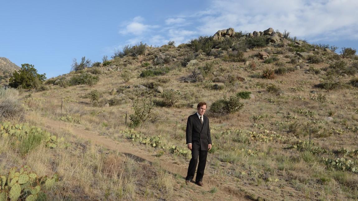 Tilbake til Albequrques ørken. Jimmy McGill (Bob Odenkirk) er uheldig med noen av klientvalgene sine, og havner utenfor allfarvei. (Foto:  Ursula Coyote/Netflix)