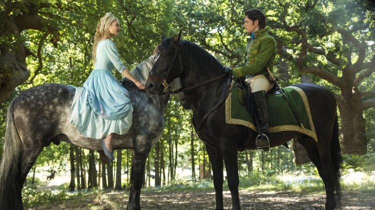 Askepott (Lily James) møter prinsen (Richard Madden) i Eventyret om Askepott (Foto: © 2014 Disney Enterprises, Inc. All Rights Reserved).