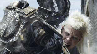 Chappie (Sharlto Copley) beskytter Yolandi (Yo-Landi Vi$$er) i Chappie (Foto: United International Pictures).