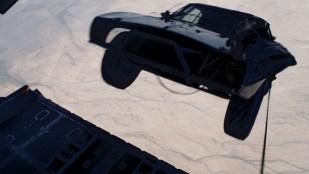 En noe uvant situasjon for bilkjøring i Fast And Furious 7 (Foto: United International Pictures).