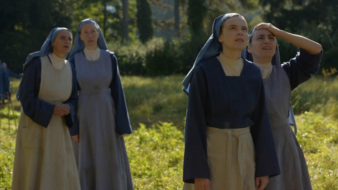 Søster Marguerite (Isabelle Carré) og nonnene ved Larnay ute i hagen. (Foto: Fidalgo).