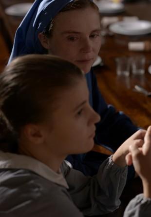 Søster Marguerite (Isabelle Carré) og Marie (Ariana Rivoire)(Foto: Fidalgo)