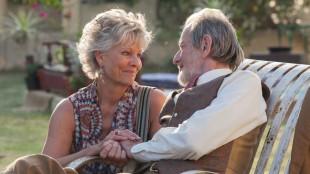 Carol (Diana Hardcastle) og Norman (Ronald Pickup) i The Second Best Exotic Marigold Hotel (Foto: 20th Century Fox).