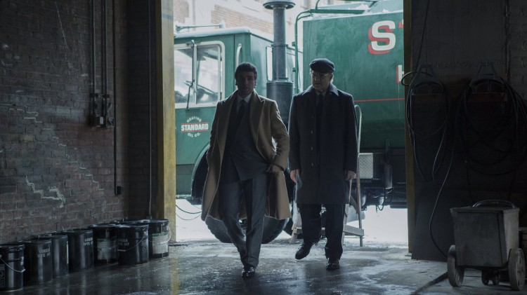 Oljeforhandleren Abel (Oscar Isaac) og advokaten Walsh (Albert Brooks) navigerer i skitten bransje i A Most Violent Year (Foto: Norsk Filmdistribusjon).