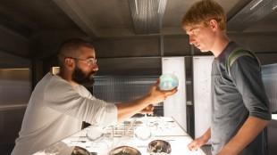 Nathan (Oscar Isaac) viser fram en kunstig hjerne til Caleb (Domhnall Gleeson) (Foto: United International Pictures)