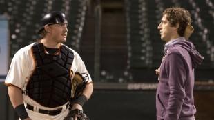 """Richard (Thomas Middleditch) blir ufrivillig """"belønnet"""" med en baseballkamp i sin og firmaets ære. (Foto: HBO Nordic)"""