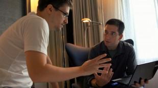 Edward Snowden og journalist Glen Greenwald på hotellrommet kort tid etter de først møttes. Stillbilde fra filmen «Citizenfour». (Foto: Tour de Force)