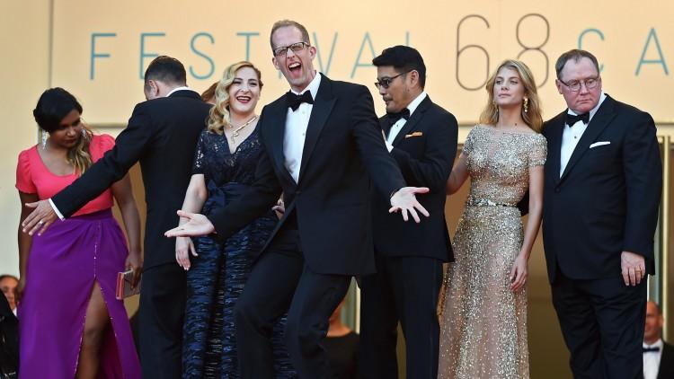 Regissør Pete Docter (i midten) på den røde løperen før Cannes-visningen av Innsiden ut (Foto: AFP PHOTO / ANNE-CHRISTINE POUJOULAT).