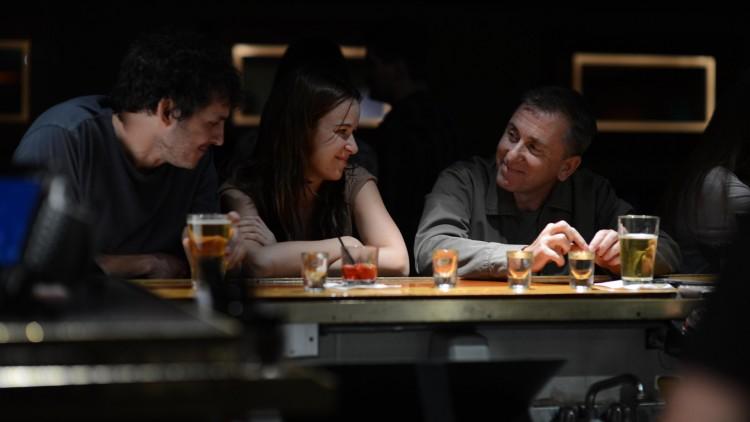 David (Tim Roth) møter et nyforlovet par på bar i Chronic (Foto: Festival de Cannes).