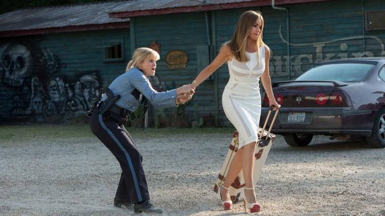 Cooper (Reese Witherspoon) må eksortere Daniella (Sofia Vergara) i Hot Pursuit (Foto: SF Norge AS).