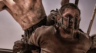 Max (Tom Hardy) blir motvillig del av jakten på Furiosa i Mad Max: Fury Road (Foto: SF Norge AS).