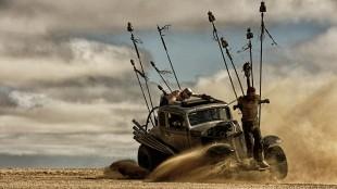 Ett av mange krigerske ørkenkjøretøy i Mad Max: Fury Road (Foto: SF Norge AS).