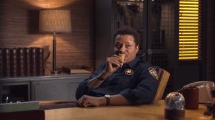 – NAM! Jeg elsker rom og rosin-iskrem!  Arnold Pope (Terrence Howard) spiser is i «Wayward Pines». (Foto: Fox)