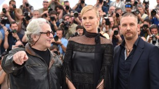 Regissør George Miller med skuespillerne Charlize Theron og Tom Hardy i Cannes (Foto: FP PHOTO / ANNE-CHRISTINE POUJOULAT).