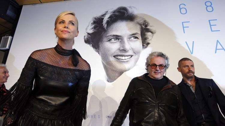 Charlize Theron, Tom Hardy og regissør George Miller ankommer pressekonferansen i Cannes (Foto: REUTERS/Eric Gaillard)