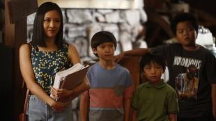 Til tross for misnøyen med å ikke få en datter, er det godt og kjærlig samhold mellom mor Huang og hennes tre sønner. (Foto: ABC, Viasat)