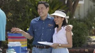 Louis Huang (Randall Park) og Jessica Huang (Constance Wu ) lar ikke en anledning som nabolagets NASCAR-fest går fra seg, og promoterer skamløst restauranten sin. (Foto: ABC, Viasat)