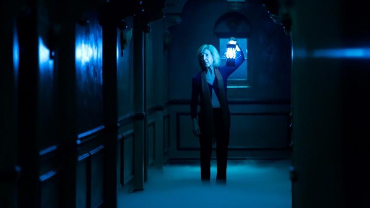 """Elise (Lin Shaye) beveger seg inn i """"Det fjerne"""" i Insidious 3 (Foto: United International Pictures)."""