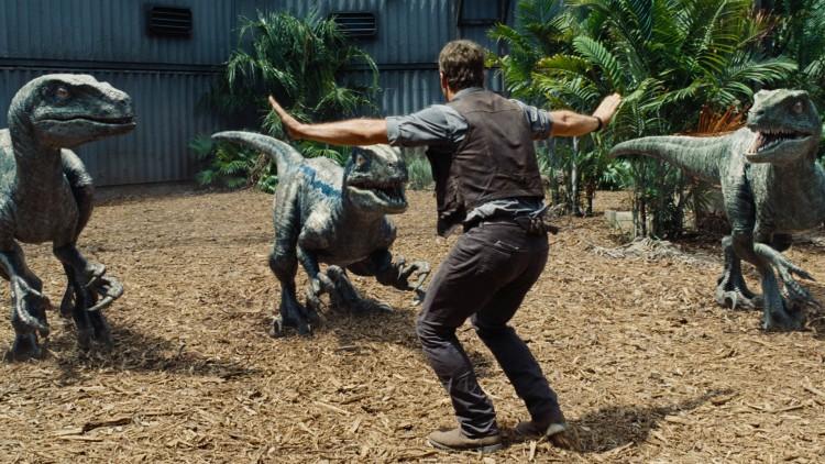 Owen (Chris Pratt) er oppasser for Velociraptorer i Jurassic World (Foto: United International Pictures).
