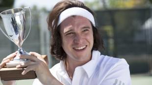 Charles Poole (Kit Harington) er på toppen av tennisrangeringen, og storfavoritt til å vinne Wimbledon-pokalen. (Foto: HBO Nordic)