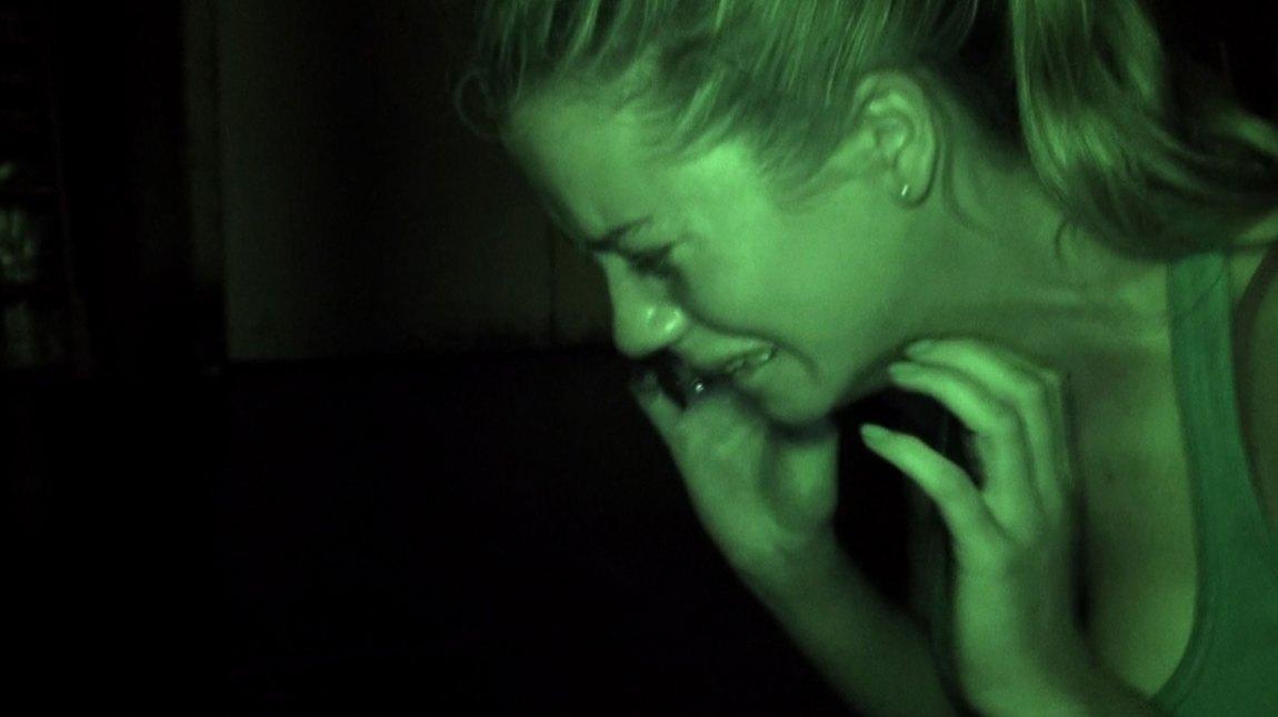 Nattmodusen på håndkameraet brukes flittig i The Gallows. Legg merke til hvordan den svøper skuespillerne i et dust, mørkegrønt filter. Stilig!
