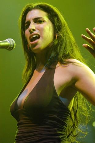 Amy Winehouse tidlig i karrieren, før den ekstreme eyelineren og alle tatoveringene (Foto: Rex Features / Norsk Filmdistribusjon).