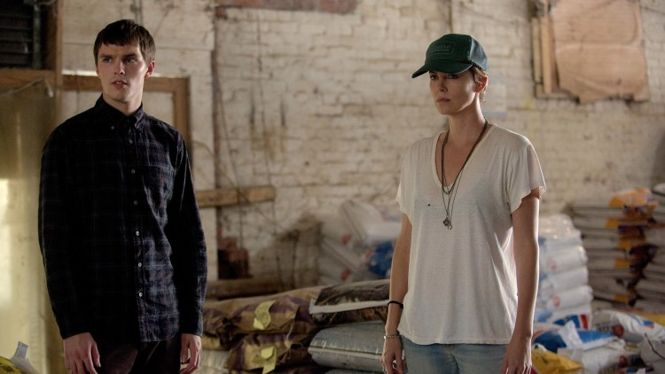 Nicholas Hoult og Charlize Theron spiller sammen i Dark Places (Foto: SF Norge AS).