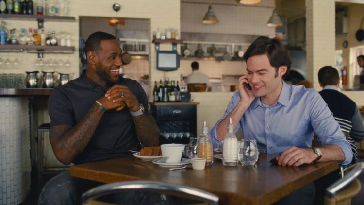 Basketstjerna LeBron James spiller seg selv, mens Bill Hader spiller sportslegen Aaron i Trainwreck (Foto: United International Pictures).