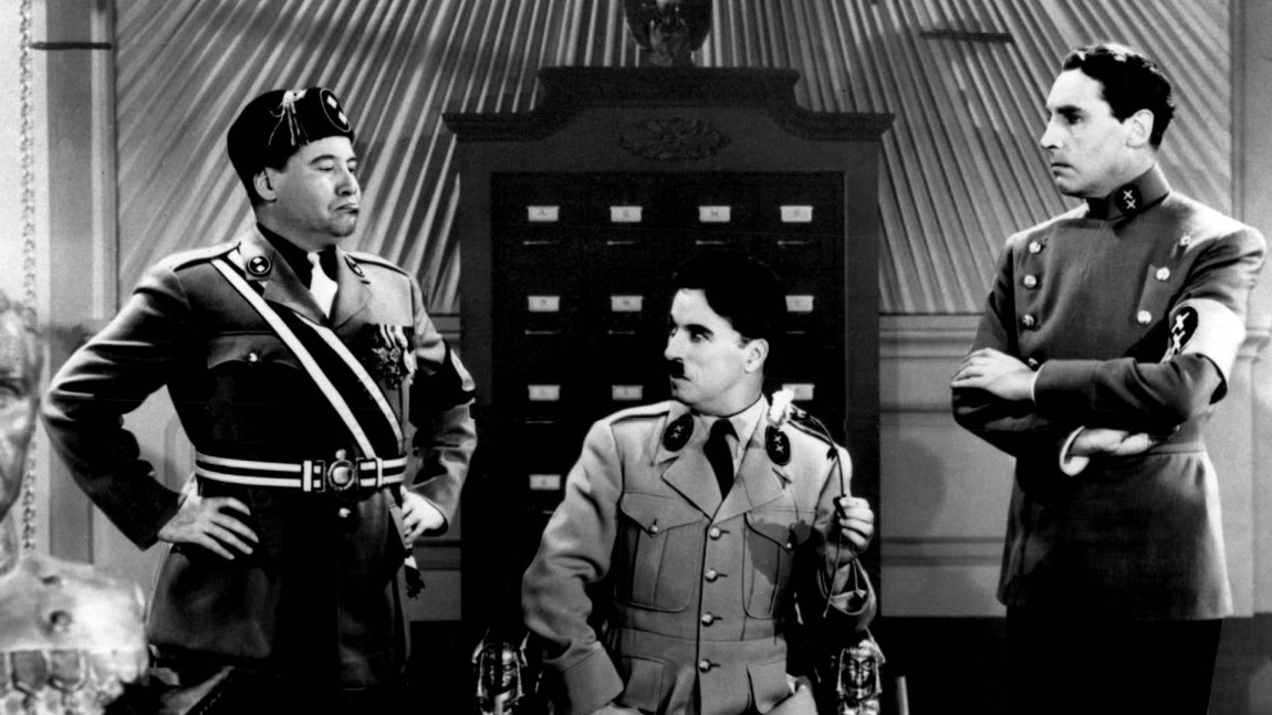 "Charlie Chaplin som diktator, og en parodi på Adolf Hitler,  i filmen ""The Great Dictator"" fra 1940. (Foto: Ap, NTBScanpix)"