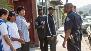 N.W.A. blir til stadighet plaget av politiet. Denne gangen for å oppholde seg i feil nabolag. (Foto: United International Pictures)