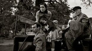 Heldur (Tarmo Song) og Erna (Laura Peterson) blir deportert fra sitt hjem i Der vindane møtes (Foto: AS Fidalgo).