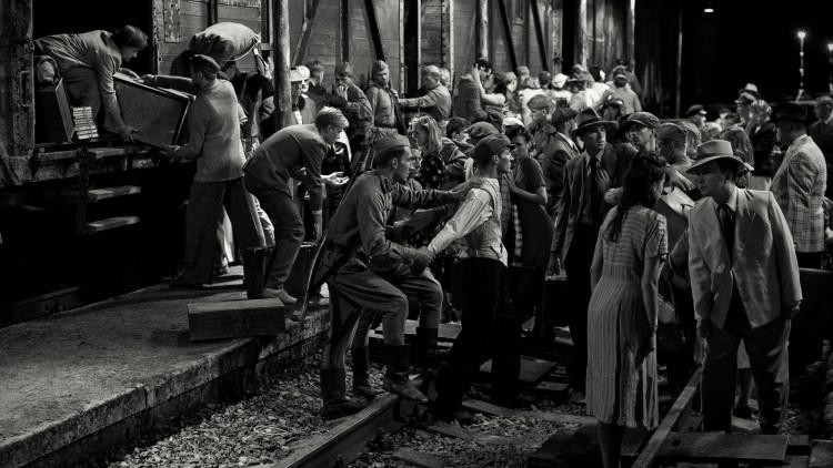 Historien fortelles med frosne tablåer i Der vindane møtes (Foto: AS Fidalgo).