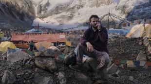 Rob Hall (Jason Clarke) ringer hjem til sin gravide kone fra base camp i Everest (Foto: United International Pictures).