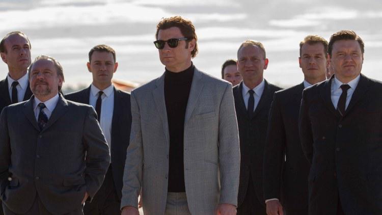Boris Spasskij (Liev Schreiber) ankommer en sjakkturnering i Los Angeles med stort følge i Pawn Sacrifice (Foto: SF Norge AS).