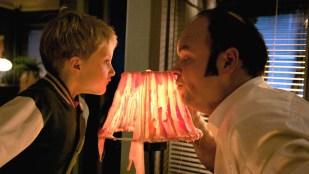 Leon (Leon August Sannum Vierdal) hjelper Dag (Atle Antonsen) med litt smakfull lampedekor. (Foto: TV2, Kamerakameratene)