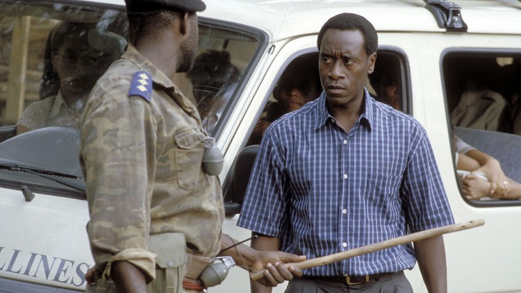 Don Cheadle spiller hotelldirektøren i Hotel Rwanda. (Foto: Scanbox Entertainmen).