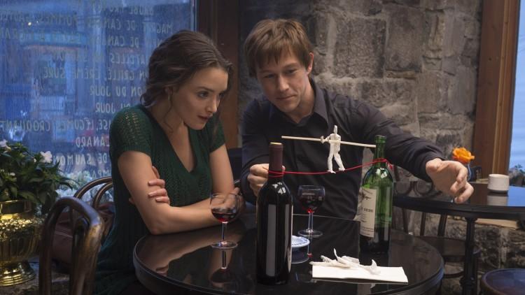 Philippe (Joseph Gordon-Levitt) viser Annie (Charlotte Le Bon) hva han har tenkt å gjøre i The Walk (Foto: United International Pictures).