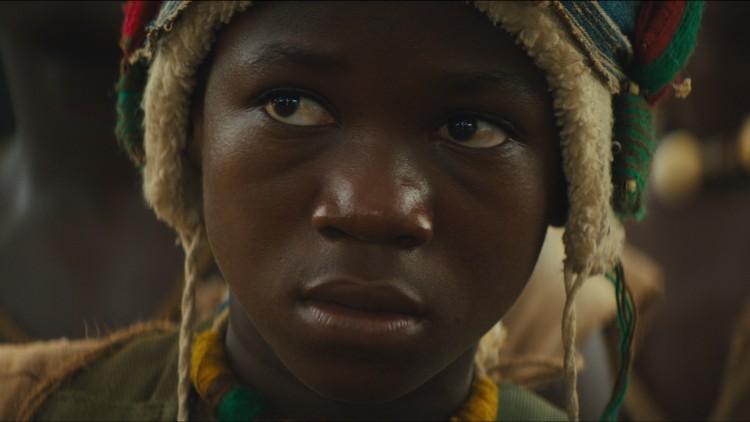 Abraham Attah spiller gutten som blir barnesoldat i Beasts Of No Nation (Foto: Netflix).