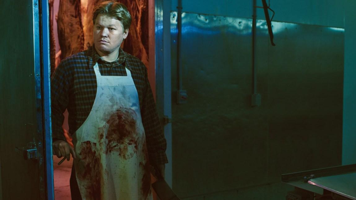 Hverdagsmenneskets evne til grusomheter er et tilbakevennende motiv i Fargo. Ed Blomquist (Jesse Plemons) er blant de som havner i en ubejhagelig situasjon i sesong 2.  (Foto: HBO Nordic, FX, MGM)