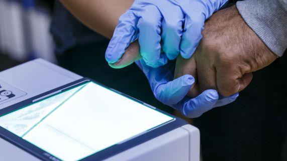 Slik kan man scanne fingeravtrykk i dag. (Foto: Foto: Heiko Junge / NTB scanpix).