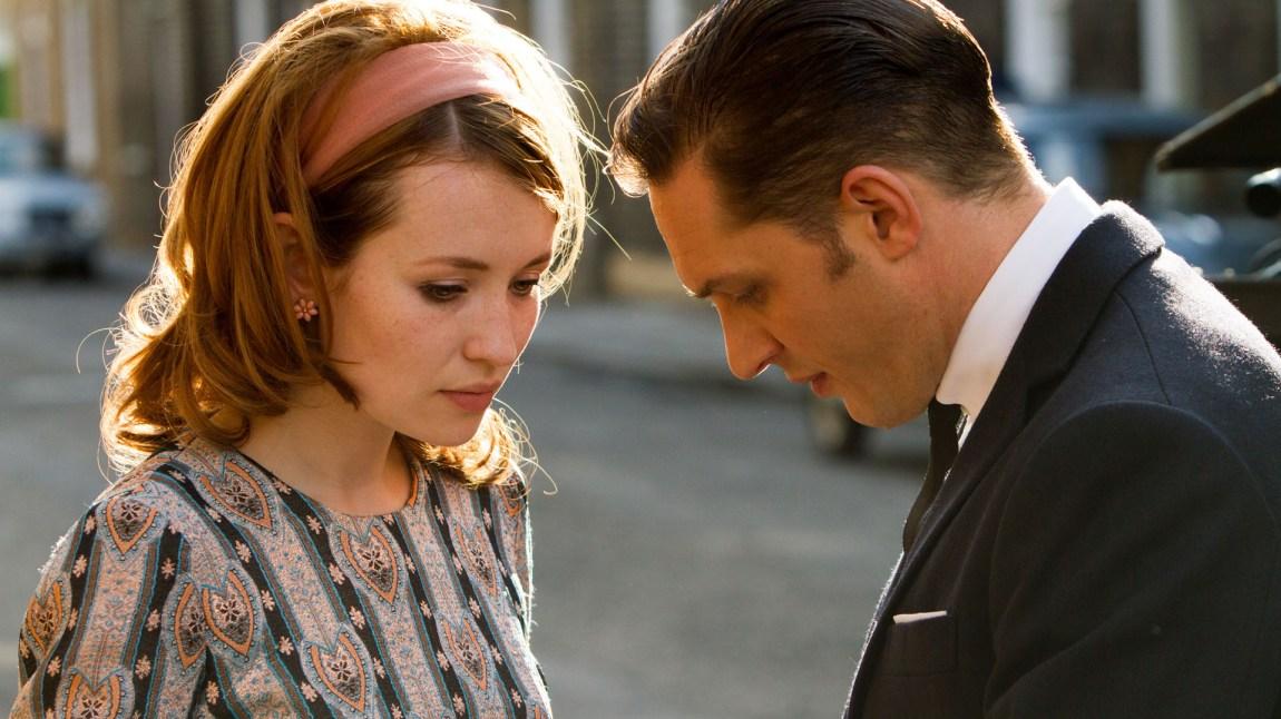 Frances Shea (Emily Browning) sammen med sin kjære Reggie Kray (Tom Hardy). I et klassisk forhold hvor forbryterliv og kjærlighetsliv byr på utfordringer og brutte løfter.  ( (Foto: SF Norge)