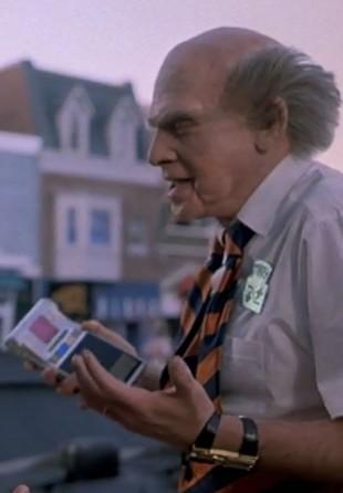 Marty møter denne karen, som har en nettbrettlignende sak. (Foto: Universal Pictures).