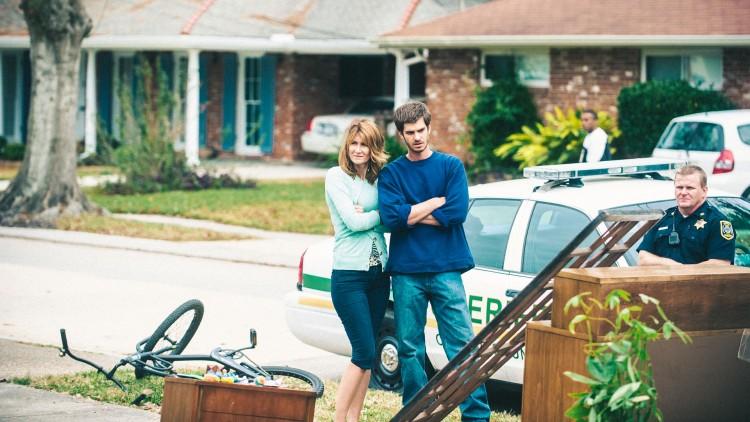 Lynn (Laura Dern) og Dennis (Andrew Garfield) kastet ut av hjemmet sitt i 99 Homes (Foto: Norsk Filmdistribusjon).