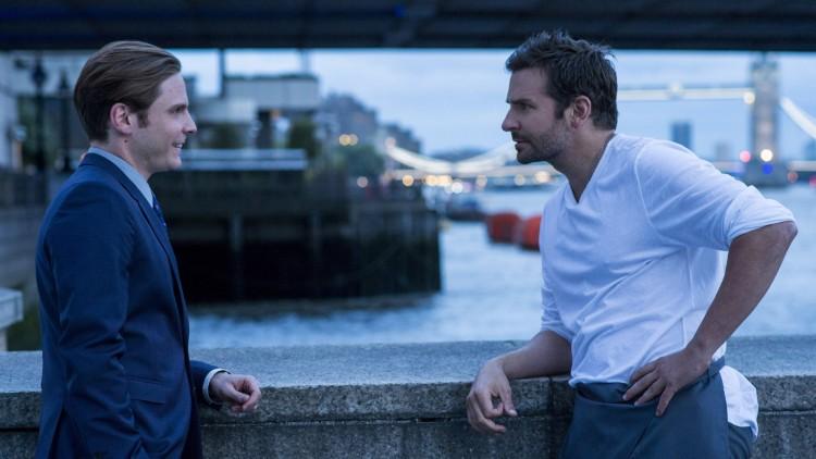 Hovmesteren Tony (Daniel Brühl) og superkokken Adam (Bradley Cooper) i Burnt (Foto: Norsk Filmdistribusjon).