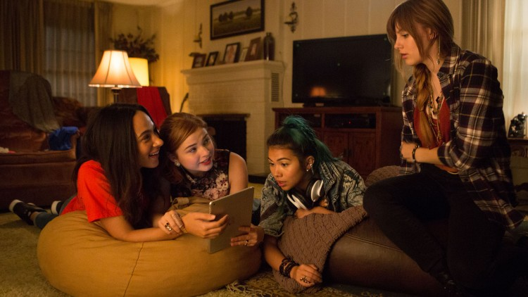 Jerrica (Aubrey Peeples, t.h.) blir YouTube-fenomen mot sin vilje i Jem and the Holograms (Foto: United International Pictures).