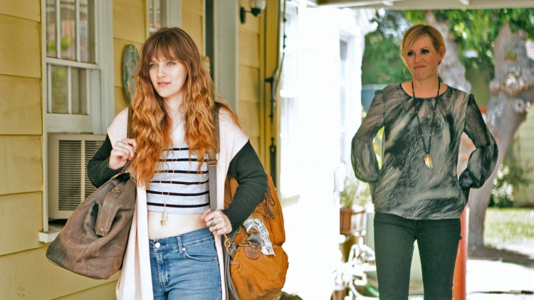 Molly Ringwald spiller tanta til Jerrica (Aubrey Peeples) i Jem and the Holograms (Foto: United International Pictures).